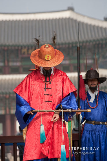 Guard at Geunjeongmun gate at Gyeongbokgung Palace. Seoul, South Korea.