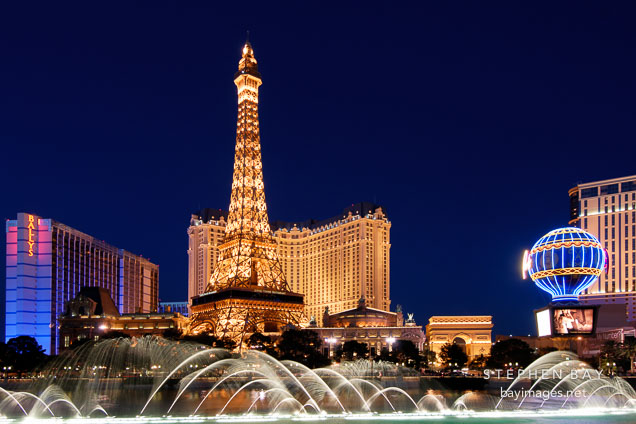 Photo Night View Of The Bellagio Water Show And Paris Las