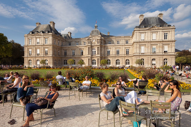 Photo parisians at the jardin du luxembourg paris france for Jardin du luxembourg