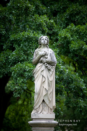 Statue of woman at Dallas Pioneer Park Cemetery.