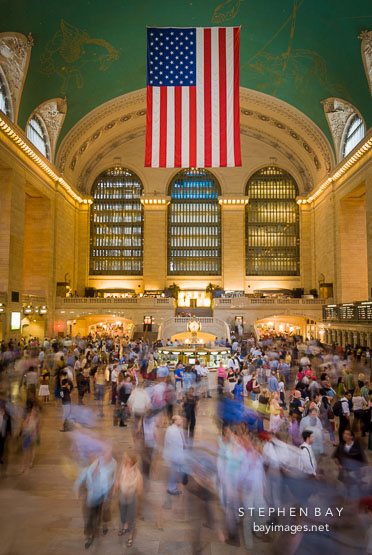 Photo an american flag hangs in grand central station for Grand tableau new york