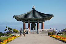 Couple at the Korean Friendship Bell. Angels Gate Park, San Pedro, California, USA. - Photo #7310