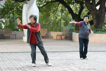 Women practicing Tai Chi in Kowloon Park. Hong Kong, China. - Photo #14710