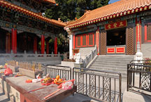 Offering table at the Wong Tai Sin Temple. Hong Kong, China. - Photo #15700