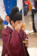 Groom drinking wine from a gourd at a traditional Korean wedding ceremony. - Photo #20516