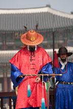Guard at Geunjeongmun gate at Gyeongbokgung Palace. Seoul, South Korea. - Photo #20930