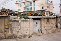 A back door leads from an alley into the courtyard of a traditional Korean home (hanok). - Photo #20917