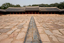A courtyard path leads to Yeongnyeongjeon. Changgyeonggung Palace, Seoul, South Korea. - Photo #21305