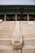 Dragon head figure on the stairs of JIbokjae. - Photo #21058