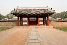 A gate leading to Yeongnyeongjeon at Changgyeong Palace in Seoul, South Korea. - Photo #21302