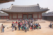 Group of school children at Gyeongbokgung Palace. Seoul, South Korea. - Photo #21011