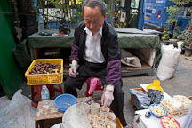Man selling chestnuts near Dongdaemun market. Seoul, South Korea. - Photo #21352