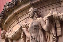 The garland ladies protect the Palace of Fine Arts. San Francisco, California, USA. - Photo #123