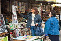 Women shopping at the  bouquinistes along the Seine. - Photo #31304