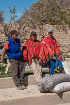 Three Peruvian workers waiting. Sacred Valley, Peru. - Photo #9205