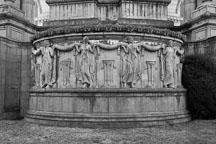 Sculpture of garland ladies at the Palace of Fine Arts. San Francisco, California, USA. - Photo #3452