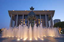 Music Center fountain and Peace on Earth sculpture by Jacques Lipchitz. Los Angeles, California, USA. - Photo #4524