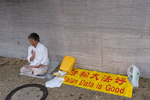 Woman meditating and practicing Falun Dafa. Washington. D.C. - Photo #1861
