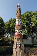Totem pole, a gift from Canada. Kowloon Park, Hong Kong, China. - Photo #14762