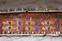 Mini stupa and Buddhist chant (Om mani padme hum) written on a mani wall. Dochu La, Bhutan. - Photo #23169