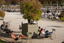 People relaxing in Jardin du Luxembourg. Paris, France. - Photo #31272