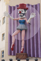 Ballerina clown on Rose Avenue. Venice, California, USA. - Photo #6927
