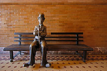 Statue of Charlie Chaplin. Bradbury building, Los Angeles, California, USA. - Photo #6523