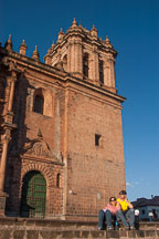 Couple sitting in front of the Cathedral. Cusco, Peru. - Photo #9282