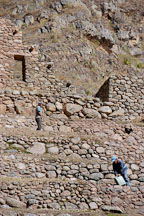 Restoring ruins at Patallaqta. Inca trail, Peru. - Photo #9698