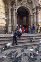 Boy feeding pigeons. Lima centro, Peru. - Photo #8827